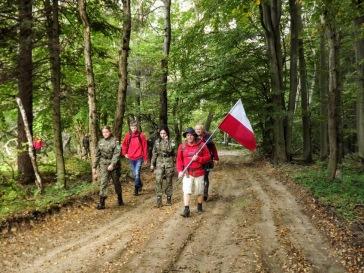 Droga przez las z Flagą